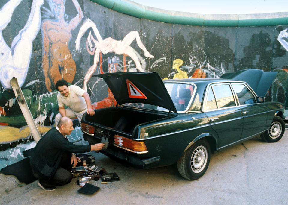 <p>Taller de coches a la sombra del muro de Berlín. (Photo by Thierlein/ullstein bild via Getty Images)</p>