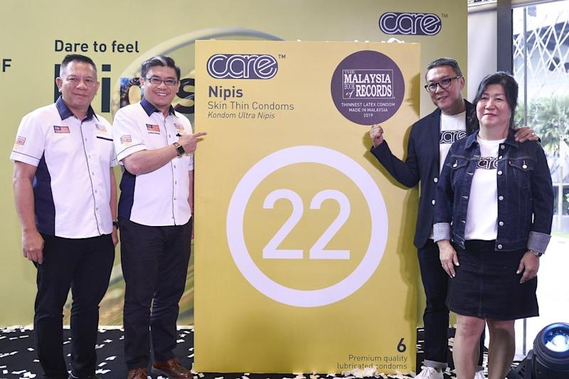 Malaysia Book of Records operation, research and marketing manager Edwin Yeoh and chief operating officer Christopher Wong together with Care Latex founder and executive director Bonn Lam and executive director Patricya Tan unveil the skin thin Nipis condom. — Picture by Miera Zulyana