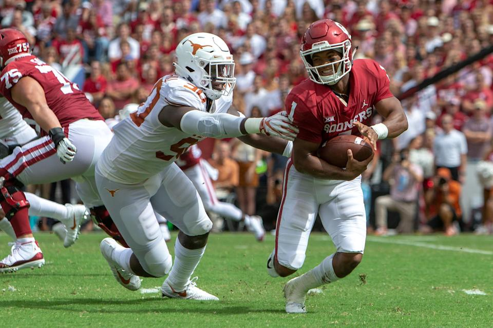 DALLAS, TX - OCTOBER 06: Oklahoma Sooners quarterback Kyler Murray (1) tries to scramble around Texas Longhorns defensive lineman Charles Omenihu (90) during the Big 12 Conference Red River Rivalry game on October 6, 2018 at Cotton Bowl Stadium in Dallas, Texas. (Photo by William Purnell/Icon Sportswire via Getty Images)