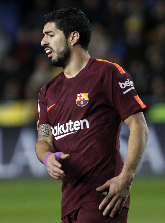Barcelona's Luis Suarez reacts after failing to score against Villarreal during the Spanish La Liga soccer match between Villarreal and FC Barcelona at the Ceramica stadium in Villarreal, Spain, Sunday, Dec. 10, 2017. (AP Photo/Alberto Saiz)