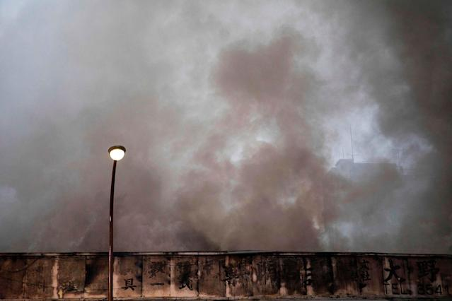 <p>Smoke rises from a fire in a building at Tokyo's Tsukiji fish market on August 3, 2017. (Photo: Behrouz Mehri/AFP/Getty Images) </p>