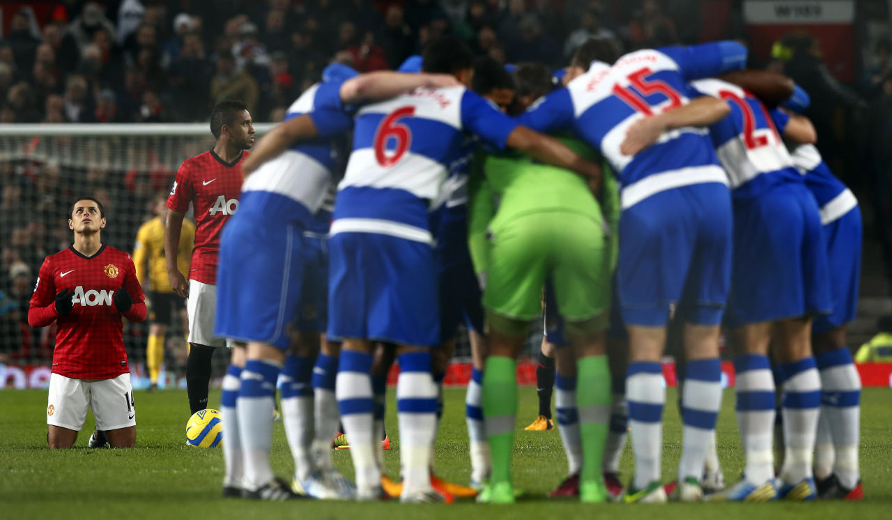Manchester United's Javier Hernandez (L) prays as the Reading team huddles together before their FA Cup soccer match at Old Trafford in Manchester, northern England, February 18, 2013. REUTERS/Darren Staples (BRITAIN - Tags: SPORT SOCCER) - RTR3DYUB