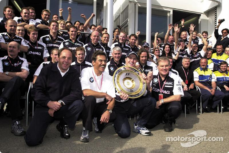 "Gerhard Berger, Mario Theissen, Ralf Schumacher, Patrick Head y el equipo BMW-Williams celebrando su<span class=""copyright"">BMW AG</span>"