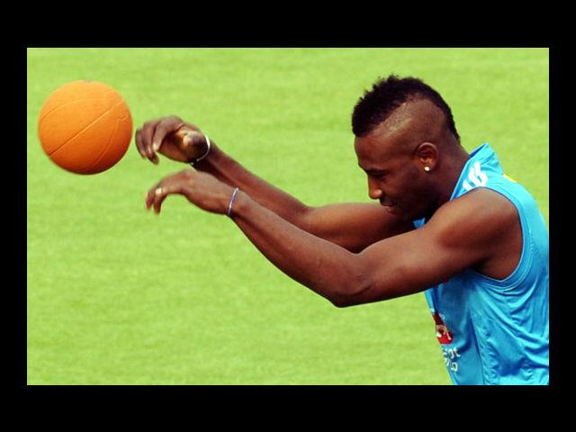 7) Andre Russell:  He is a unique man whether it comes to his unique hairstyle or the singular way in which he clobbers the ball. While some may call his hairdo a bird's nest, but we quite like the look of it. Sharp, edgy and slant L-shaped side burns perfectly complements the side trimmed, middle voluminous mane.