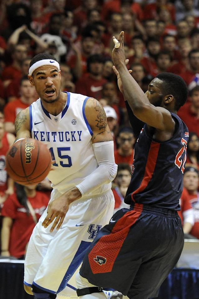 Kentucky forward Willie Cauley-Stein (15) passes the ball as Robert Morris forward Lucky Jones (22) defends during the first half of an NIT college basketball game on Tuesday, March 19, 2013, in Coraopolis, PA. Robert Morris won 59-57.(AP Photo/Don Wright)