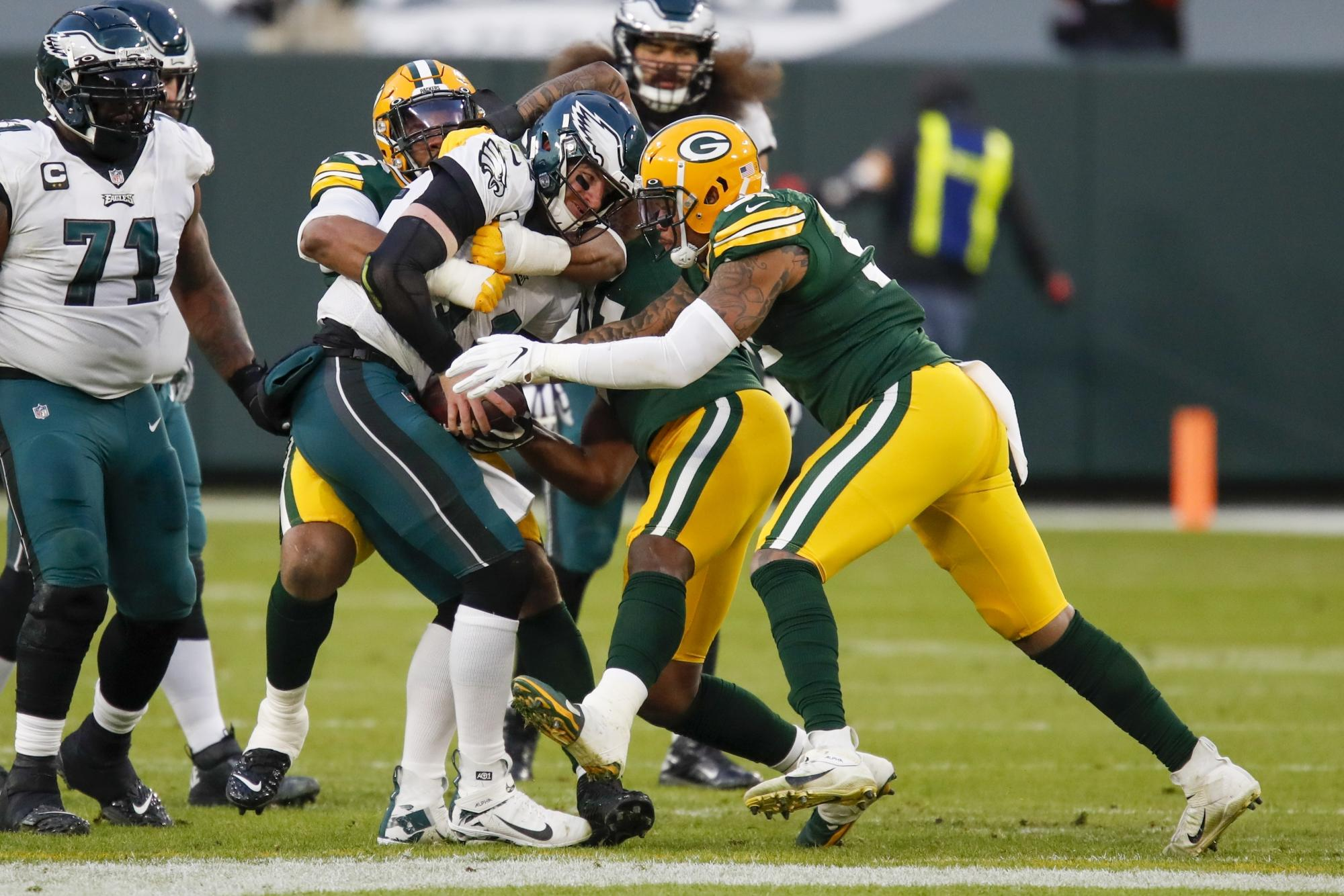 au.finance.yahoo.com: Eagles finally bench Carson Wentz in the middle of another bad game, turn to Jalen Hurts