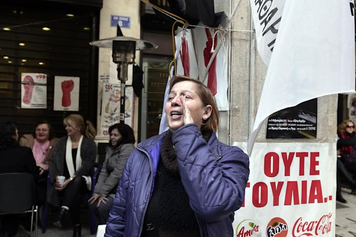 Sacked finance ministry cleaning staff chant slogans outside the finance ministry in Athens on January 28, 2015 (AFP Photo/Louisa Gouliamaki)