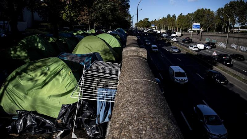 Hundreds of migrants evacuated from second Paris camp