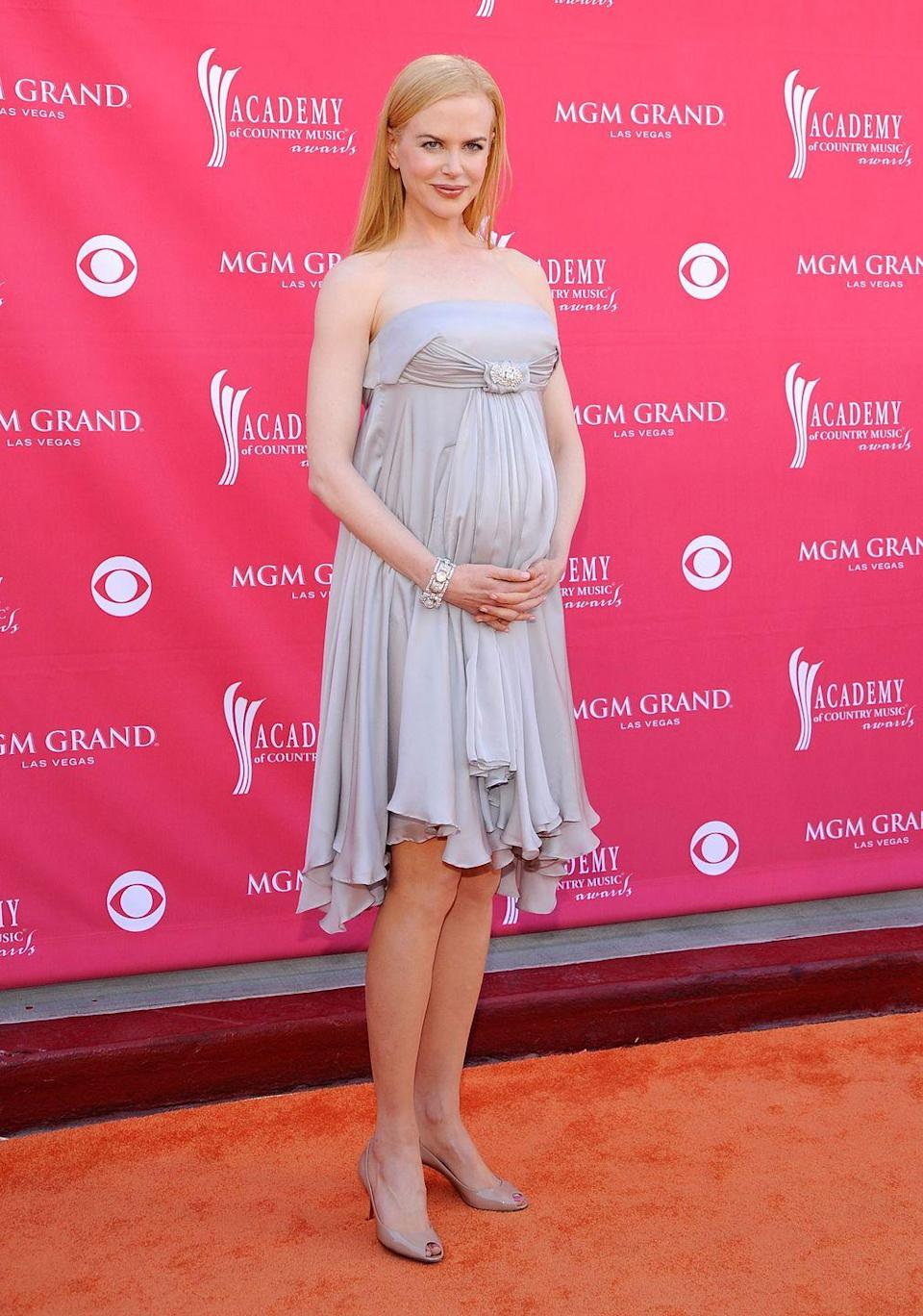 <p>Nicole Kidman covered her bump with flowing fabrics and pleats in 2008.</p>