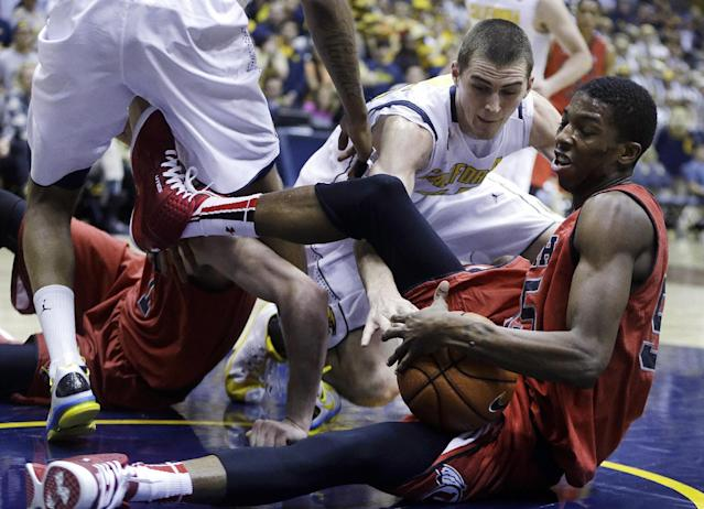Utah's Delon Wright, right, and California's David Kravish tussle for the ball in the first half of an NCAA college basketball game Wednesday, March 5, 2014, in Berkeley, Calif. (AP Photo/Ben Margot)