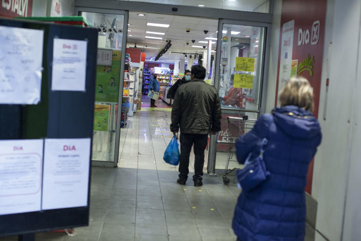 Some people lining up at a supermarket, Barcelona, Spain, Thursday, March 19, 2020. (José Colon for Yahoo News)