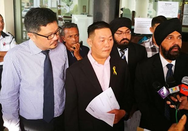 Ong Beng Siang (centre) filed a suit against Penang Chief Minister Lim Guan Eng today, March 17, 2017.