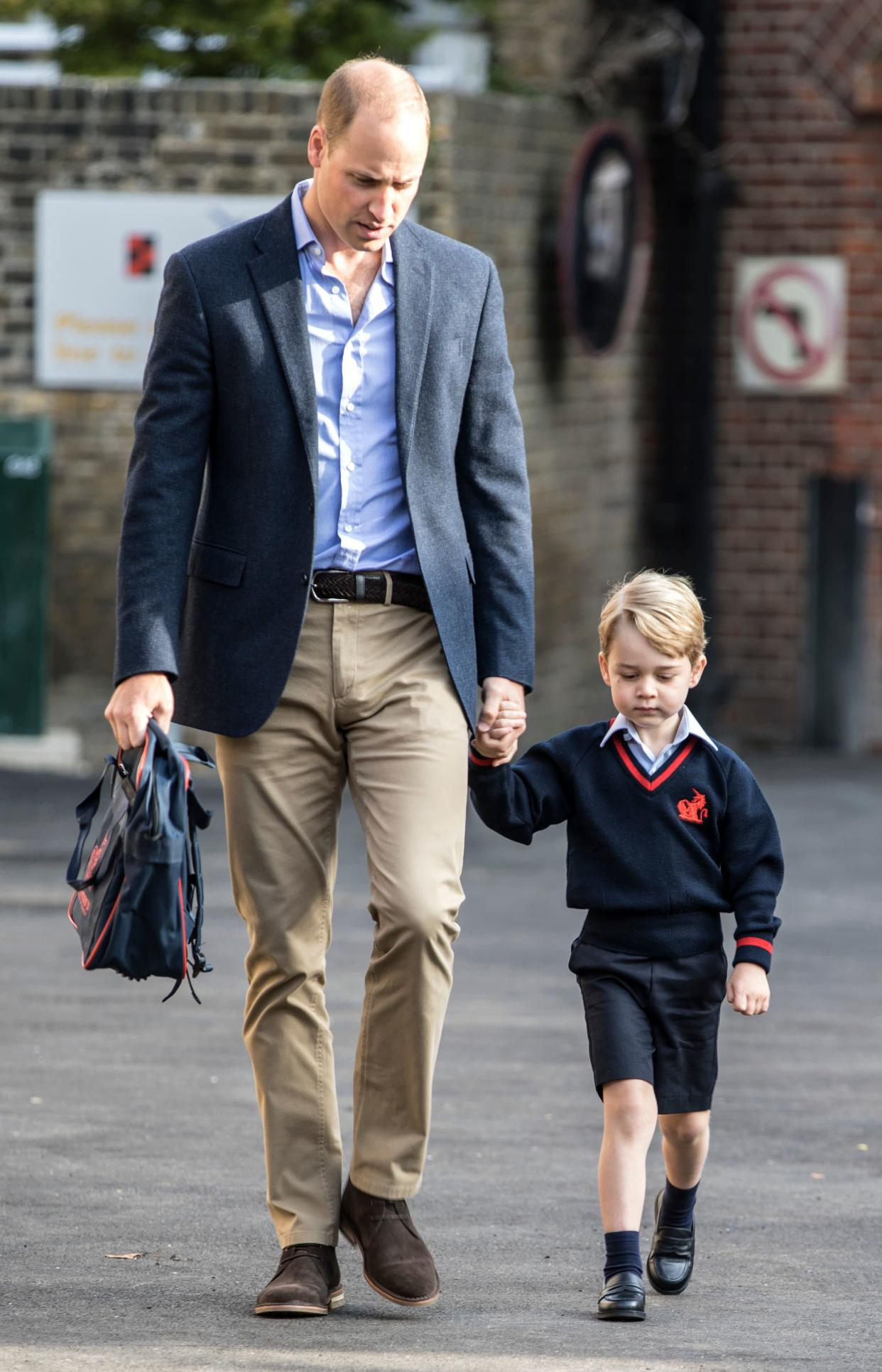TOPSHOT - Britain's Prince George accompanied by Britain's Prince William (L), Duke of Cambridge arrives for his first day of school at Thomas's school in Battersea, southwest London on September 7, 2017. / AFP PHOTO / POOL / RICHARD POHLE        (Photo credit should read RICHARD POHLE/AFP via Getty Images)