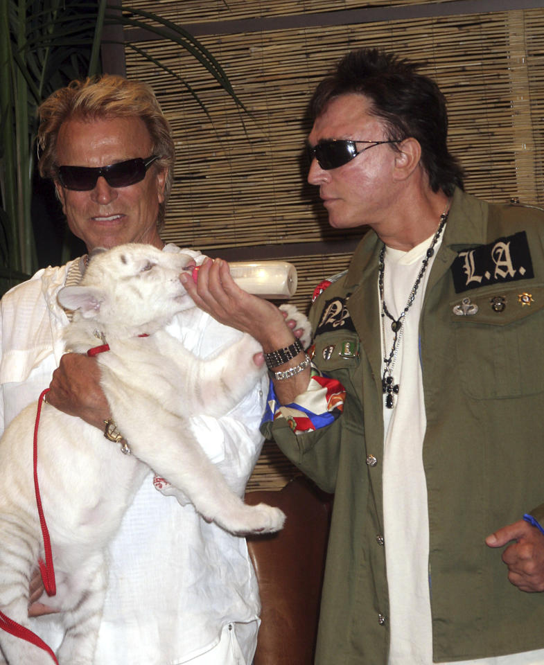 K58956EG SIEGFRIED AND ROY REVEAL THE WINNING NAME OF A BABY TIGER AT THE MIRAGE RESORT HOTEL AND CASINO, LAS VEGAS, NV 07-23-2008 Credit: 09774851Globe / MediaPunch /IPX