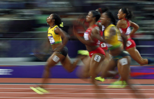 Jamaica's Shelly-Ann Fraser-Pryce (L) runs ahead of the other competitors to win the women's 100m final during the London 2012 Olympic Games at the Olympic Stadium August 4, 2012. REUTERS/Kai Pfaffenbach (BRITAIN - Tags: SPORT ATHLETICS OLYMPICS TPX IMAGES OF THE DAY)