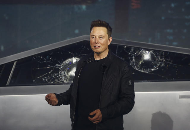 "El CEO de Tesla, Elon Musk, debió de pasarlo mal cuando la prueba de los ""cristales indestructibles"" de su nueva pick up Cybertruck terminó con los vidrios rotos... y por partida doble. (AP Photo/Ringo H.W. Chiu, File)"