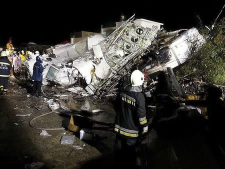 Rescue personnel survey the wreckage of TransAsia Airways flight GE222 on Taiwan's offshore island of Penghu, July 23, 2014. REUTERS/Wong Yao-wen