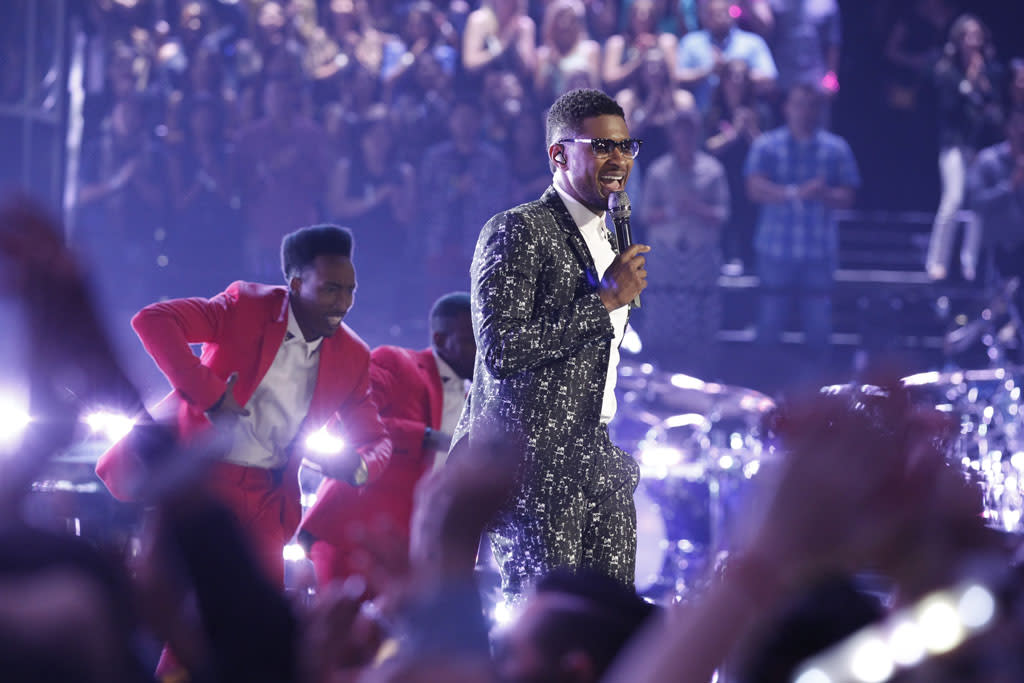 "Usher performs ""Twisted"" on the ""Live Semi-Final Performances"" episode of ""The Voice"" Season 4."