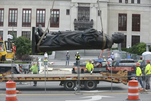 Workers remove the Christopher Columbus statue in Columbus, Ohio (Doral Chenoweth/AP)