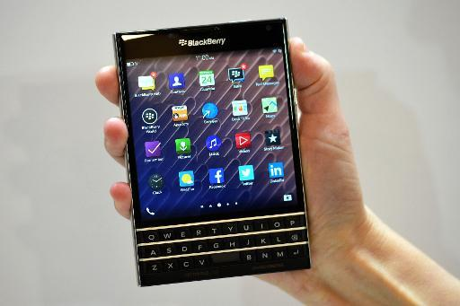 BlackBerry narrows loss, sees turnaround progress