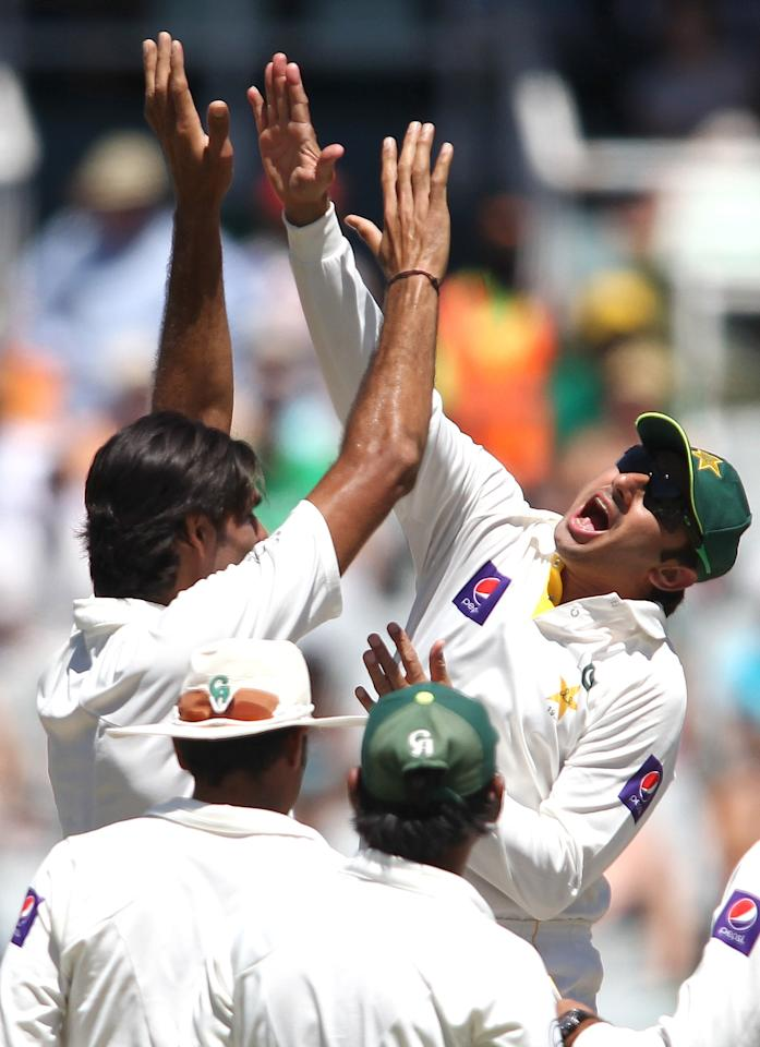 CAPE TOWN, SOUTH AFRICA - FEBRUARY 16:  Muhammad Irfan of Pakistan is congratulated by Saeed Ajmal of Pakistan after getting the wicket of AB de Villiers of South Africa during day 3 of the 2nd Sunfoil Test match between South Africa and Pakistan at Sahara Park Newlands on February 16, 2013 in Cape Town, South Africa. (Photo by Shaun Roy/Gallo Images/Getty Images)