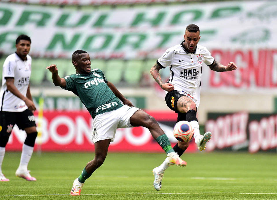 SAO PAULO, BRAZIL - AUGUST 08: Patrick de Paula of Palmeiras competes for the ball with Luan of Corinthians ,during a match between Palmeiras and Corinthians as part of the second leg Match of the Sao Paulo State Championship Final at Allianz Parque on August 8, 2020 in Sao Paulo, Brazil. (Photo by MB Media/Getty Images)