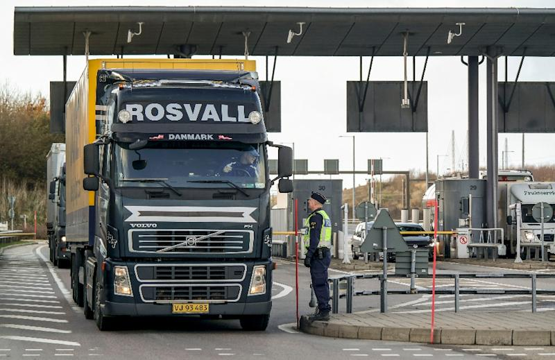 Police and customs personnel stop a freight truck at the toll booth at the Swedish end of the bridge between Sweden and Denmark in Malmo, Sweden, on November 12, 2015 (AFP Photo/Erland Vinberg)