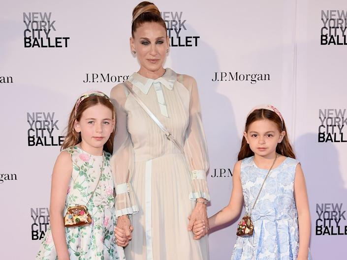 sarah jessica parker with her twin daughters marion and tabitha in 2018