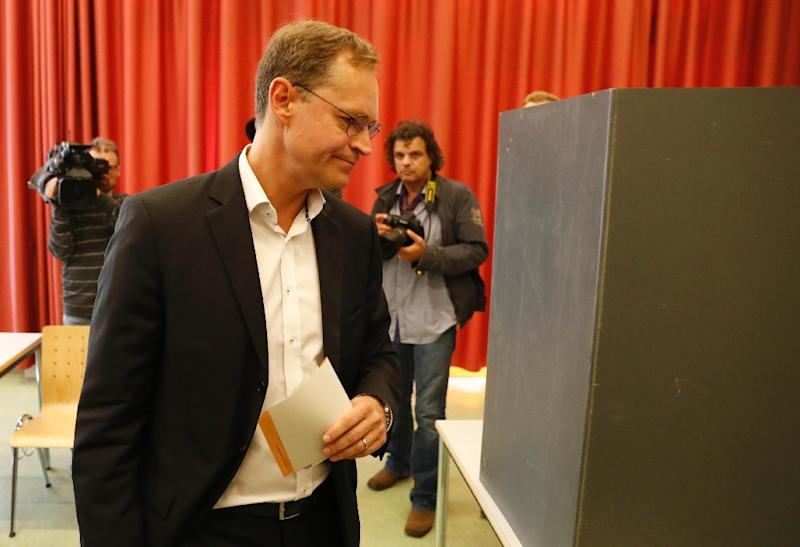 Berlin Mayor Michael Mueller, of the SPD party, arrives to vote at a polling station in Berlin on September 18, 2016 (AFP Photo/Odd Andersen)