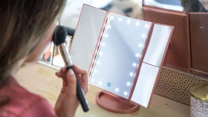 Best gifts for women 2019: Deweisn Lighted Makeup Mirror
