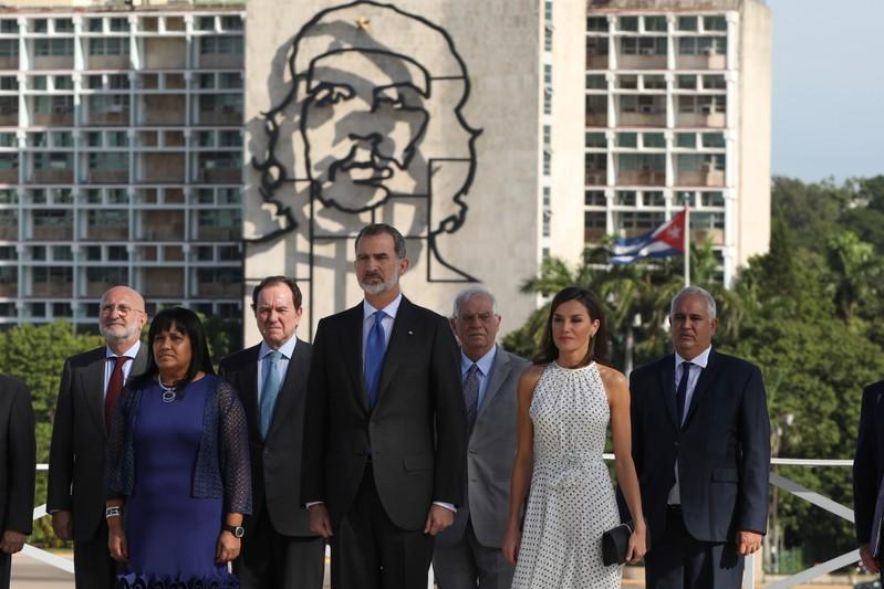 """Spain's King Felipe and Queen Letizia, stand in front of an image of late revolutionary Ernesto """"Che"""" Guevara as they attend a wreath-laying ceremony at the Jose Marti monument in Havana"""