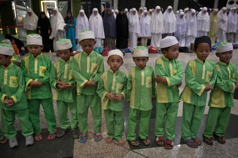 Malaysian Muslim children offer prayers for passengers of the missing Malaysia Airlines flight MH370 plane at Kuala Lumpur International Airport in Sepang on March 13, 2014