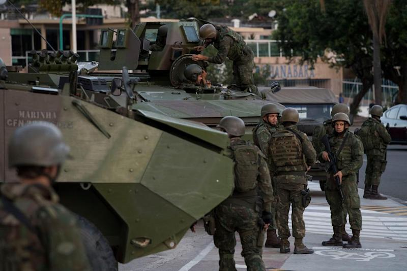 Troops patrol Botafogo neighbourhood in Rio