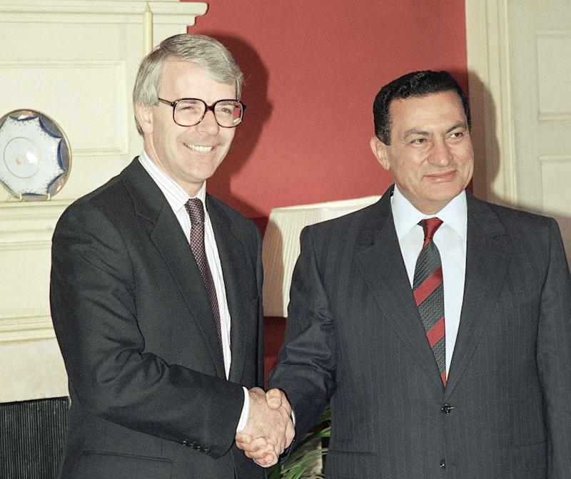 <strong>John Major, left, shakes hands with Egyptian President Hosni Mubarak, right, prior to their meeting at 10 Downing Street, on Wednesday, July 24, 1991.</strong> (Photo: ASSOCIATED PRESS)
