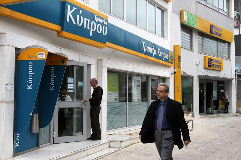 Cyprus: cash, security control for banks reopening