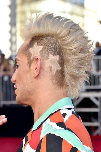 <p>Ariana Grande's half-brother acted as red carpet host with a Mohawk and stars shaved into his head.<i> (Photo: Getty Images)</i></p>