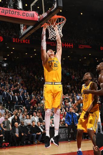 TORONTO, CANADA - NOVEMBER 29: Jonas Jerebko #21 of the Golden State Warriors dunks the ball against the Toronto Raptors on November 29, 2018 at the Scotiabank Arena in Toronto, Ontario, Canada. (Photo by Ron Turenne/NBAE via Getty Images)