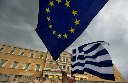 Protesters wave Greek and EU flags during a pro-Euro rally in front of the parliament building, in Athens, Greece, June 30, 2015. REUTERS/Yannis Behrakis