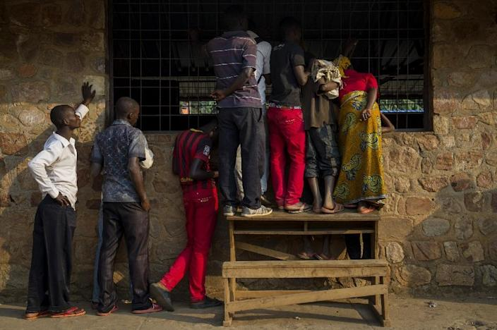 People watch through a window as voting officials count ballot papers at a polling station in the commune of Mubimbi, in Burundi's Bujumbura Rurale province, on July 21, 2015 (AFP Photo/Phil Moore)