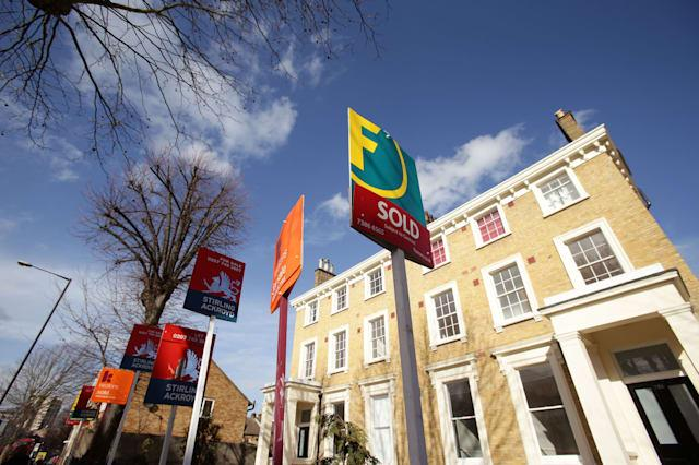 Lenders fight to cut mortgage rates