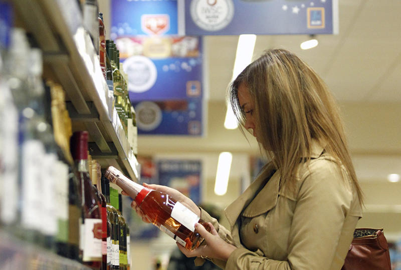 A mum who was put on the spot after trying to buy wine with her two daughters in tow has sparked a viral debate. Photo: Getty Images