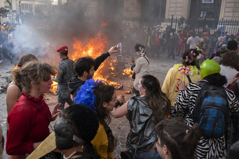 <p>Algunos de los participantes optaron por la violencia y llegaron a destrozar mobiliario urbano. (Photo by CHRISTOPHE SIMON/AFP via Getty Images)</p>