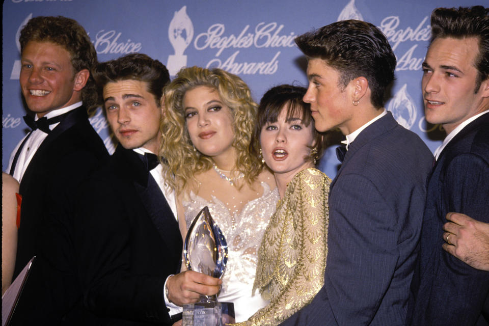 UNITED STATES – 17th March 1992: Ian Ziering,Jason Priestley, Tori Spelling and Shannen Doherty, Brian Austin Green and Luke Perry of Beverly Hills 90210 in the press room at the 1992 People's Choice Awards in Hollywood . (Photo by Vinnie Zuffante/Getty Images)
