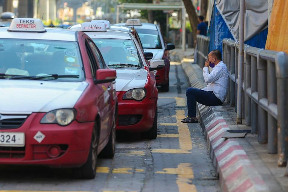 Mohd Uzir revealed that the mean monthly salaries and wages received by Malaysian employees decreased up to 9.0 per cent from RM3,224 to RM2,933 in 2020. — Picture by Yusof Mat Isa