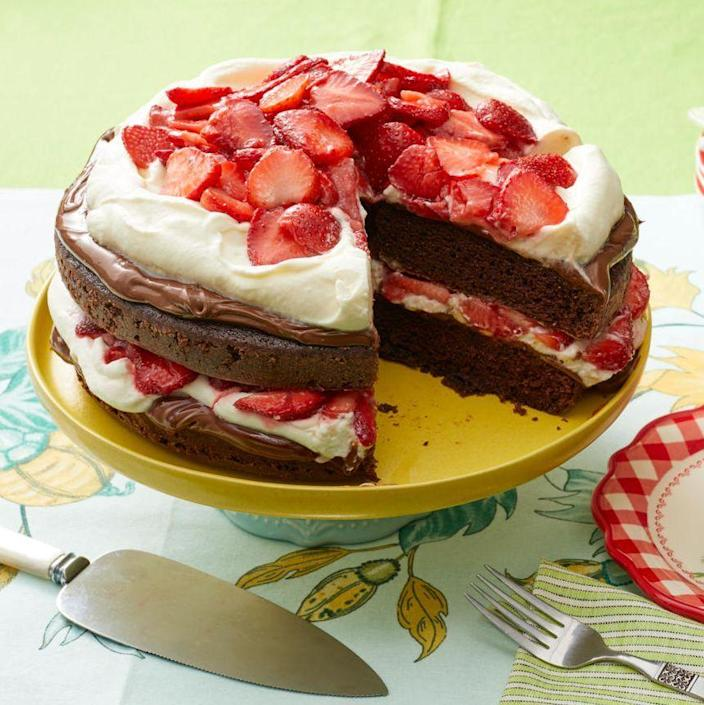 "<p>There are two thick layers of Nutella on this chocolatey cake, perfect for any Mom who is obsessed with rich desserts.</p><p><a href=""https://www.thepioneerwoman.com/food-cooking/recipes/a11404/chocolate-strawberry-nutella-cake/"" rel=""nofollow noopener"" target=""_blank"" data-ylk=""slk:Get Ree's recipe."" class=""link rapid-noclick-resp""><strong>Get Ree's recipe.</strong></a></p><p><a class=""link rapid-noclick-resp"" href=""https://go.redirectingat.com?id=74968X1596630&url=https%3A%2F%2Fwww.walmart.com%2Fsearch%2F%3Fquery%3Dicing%2Bspatula&sref=https%3A%2F%2Fwww.thepioneerwoman.com%2Ffood-cooking%2Fmeals-menus%2Fg36066375%2Fmothers-day-cakes%2F"" rel=""nofollow noopener"" target=""_blank"" data-ylk=""slk:SHOP ICING SPATULAS"">SHOP ICING SPATULAS</a></p>"