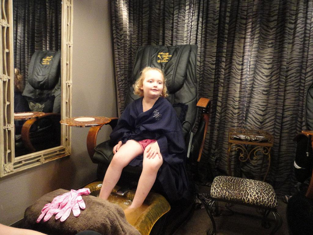 Alana (Honey Boo Boo) getting a pedicure.