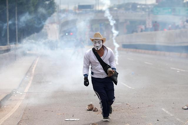 <p>Supporters of Salvador Nasralla, presidential candidate for the Opposition Alliance Against the Dictatorship, clash with riot police as they wait for official presidential election results in Tegucigalpa, Honduras, Nov. 30, 2017. (Photo: Edgard Garrido/Reuters) </p>