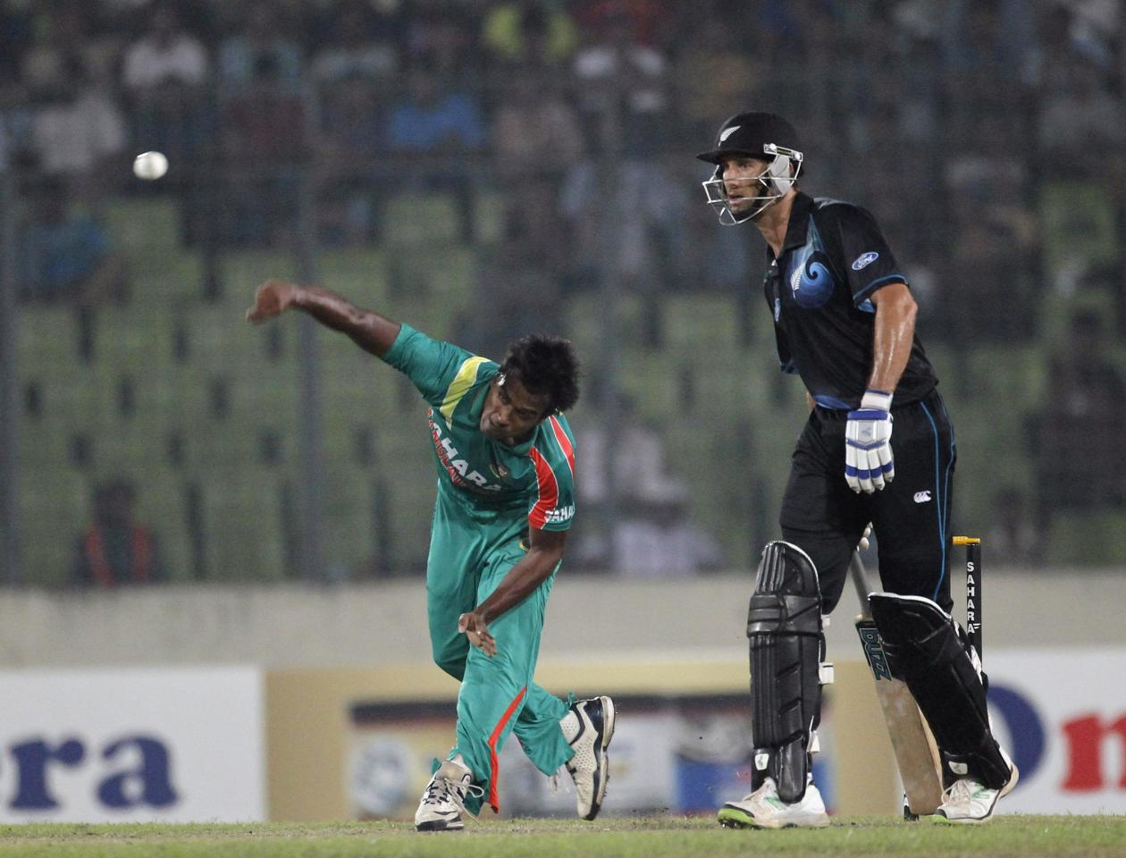 Bangladesh's Rubel Hossain bowls as New Zealand's Grant Elliott watches during their second one-day international (ODI) cricket match in Dhaka October 31, 2013. REUTERS/Andrew Biraj (BANGLADESH - Tags: SPORT CRICKET)