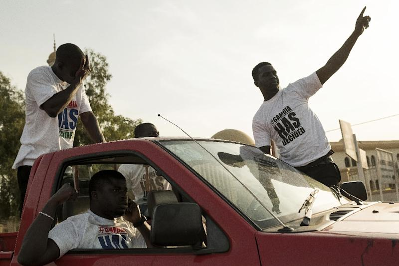 Gambia's Yahya Jammeh offered last chance for peaceful exit before troops advance