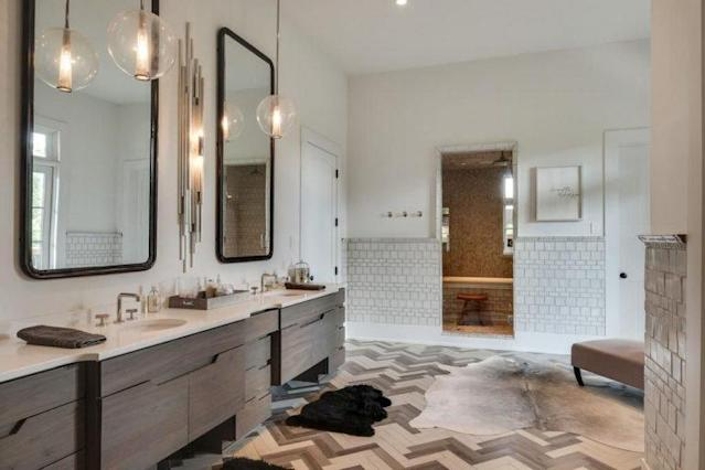 Ten bathrooms are part of the package. (Photo: Trulia)
